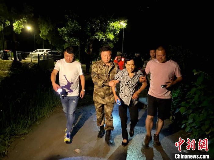 杭州富阳民众转移。 方宗晓 摄