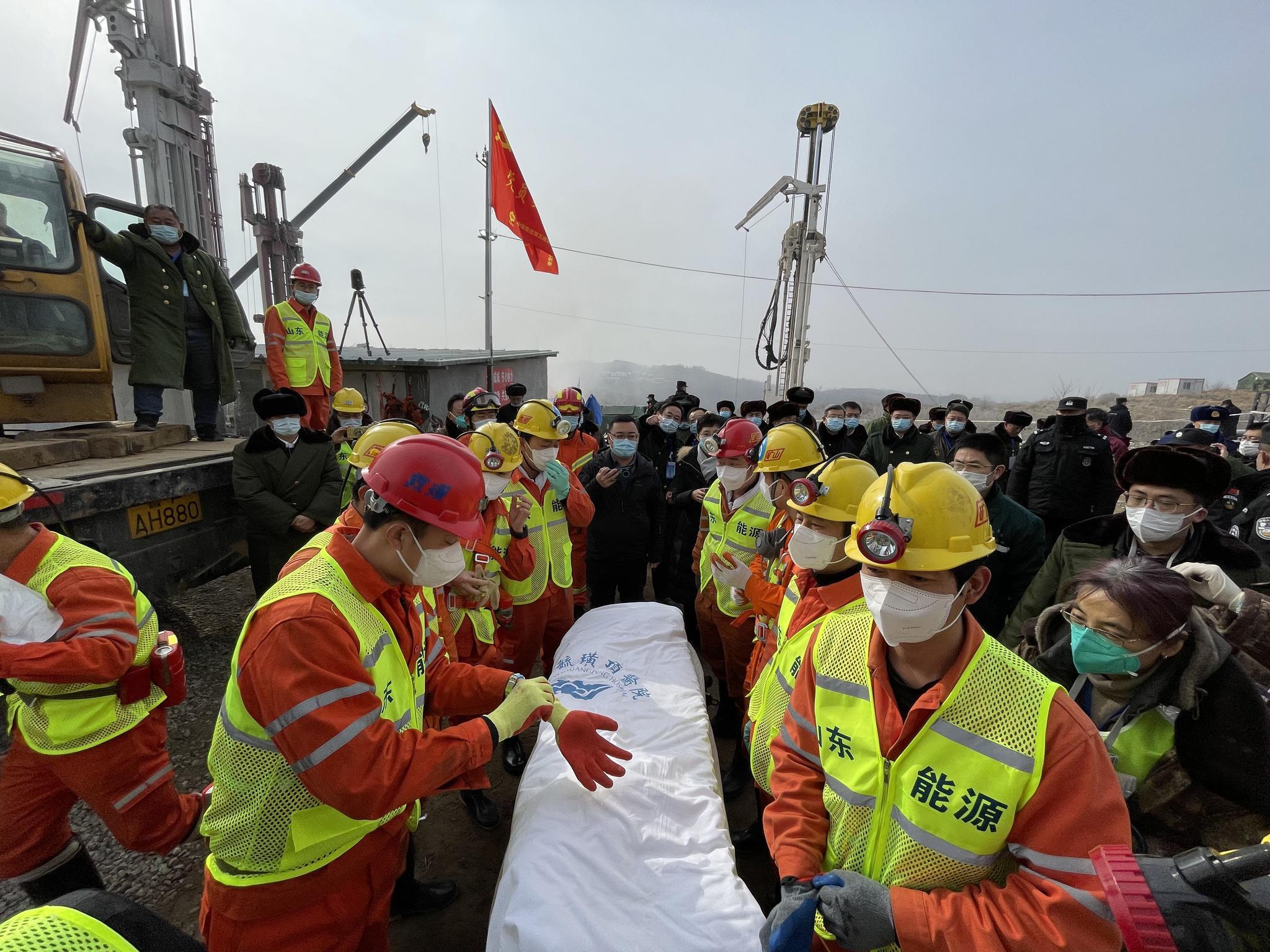 山东栖霞金矿救援: 11名矿工成功升井 障碍物中现空洞成救援关键