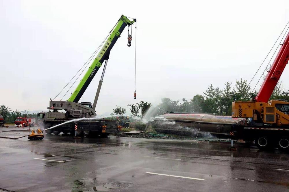 装33吨甲醇的槽罐车在湖北团风县侧翻泄漏,多部门联合处置