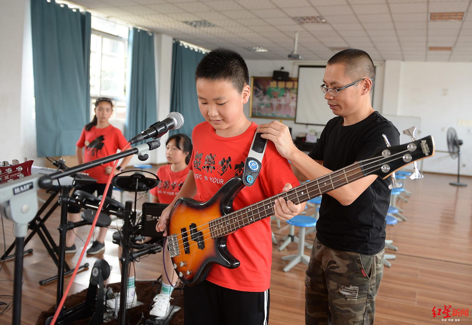 最大13岁,这支由小学生组成的乐队延续着Beyond精神