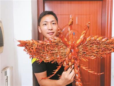 他将龙虾壳做成艺术品