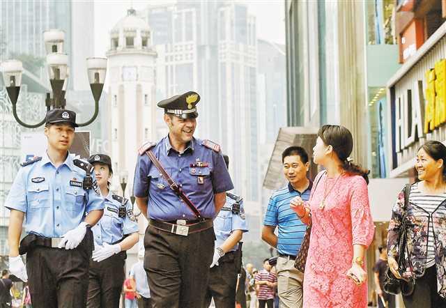 中意警察联合巡逻解放碑