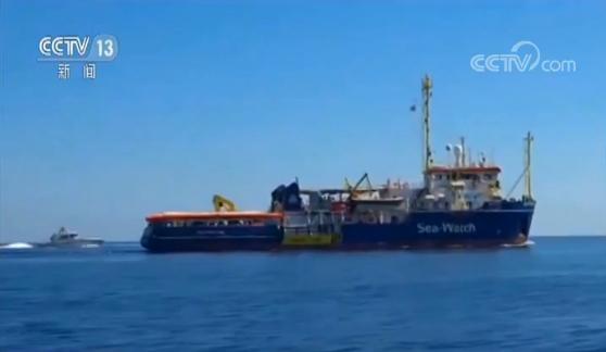 非法移民救援船强行在意大利靠岸