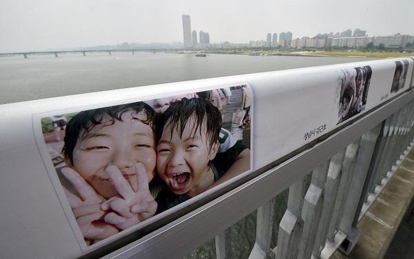 麻浦大桥上布置的照片 (图源:视觉中国