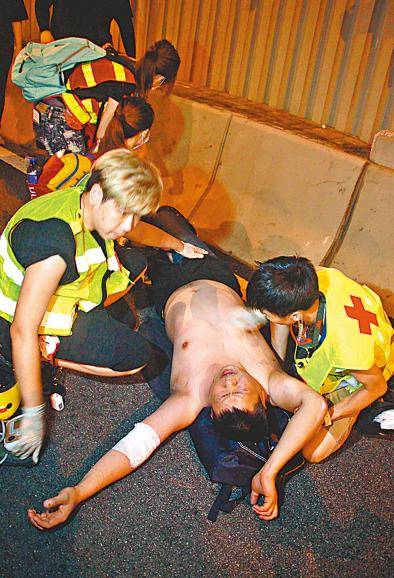 """新主张组合 香港司机""""以一敌十""""对抗暴徒 被围殴却不后悔"""