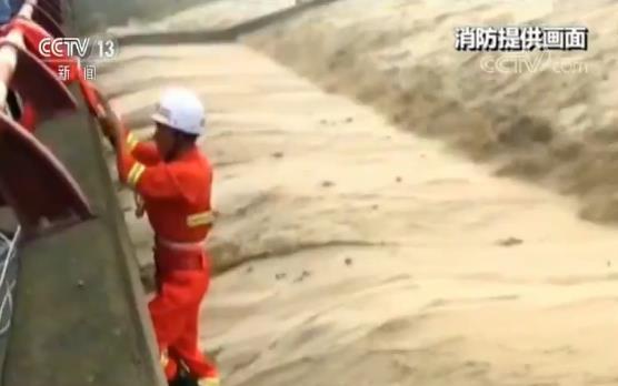 蛋生王妃 四川德阳:河水突涨男子被困 紧急救援