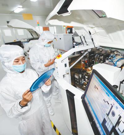 技术人员在研发芯片。</p><p>新华社发