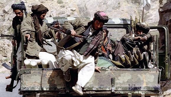 1996年10月5日,塔利班成员巡逻。图片来源:视觉中国
