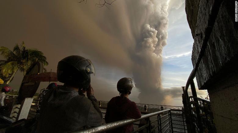 """受菲律賓火山噴發威脅 45萬人被要求""""全面疏散"""""""