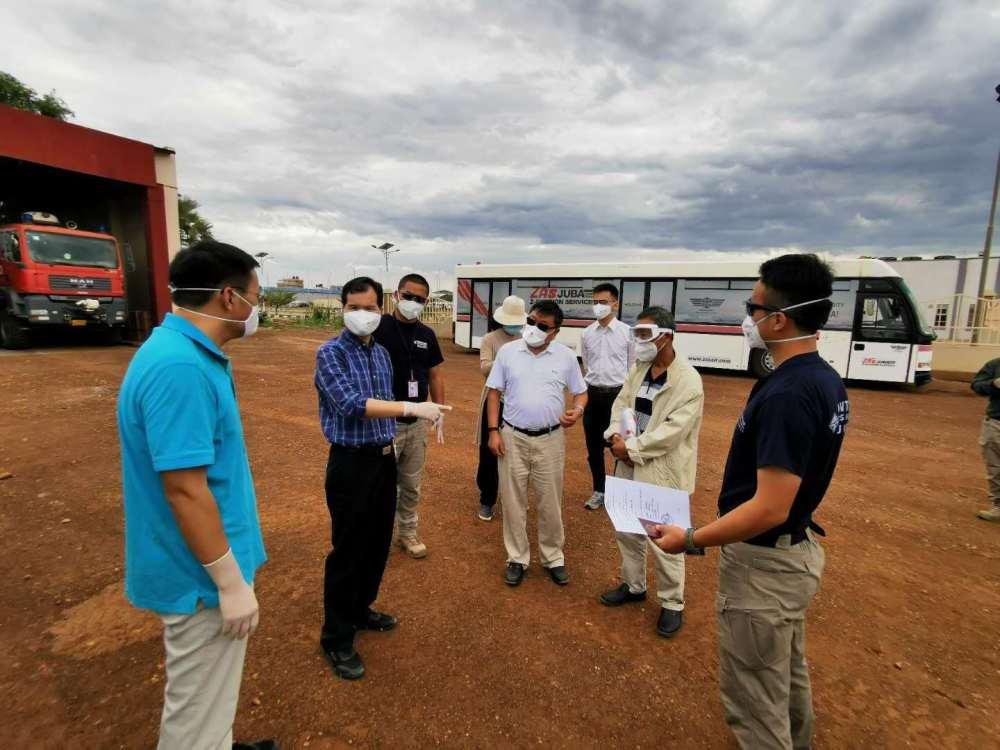 4月27日,救援组现场安排工作。中国驻南苏丹大使馆供图