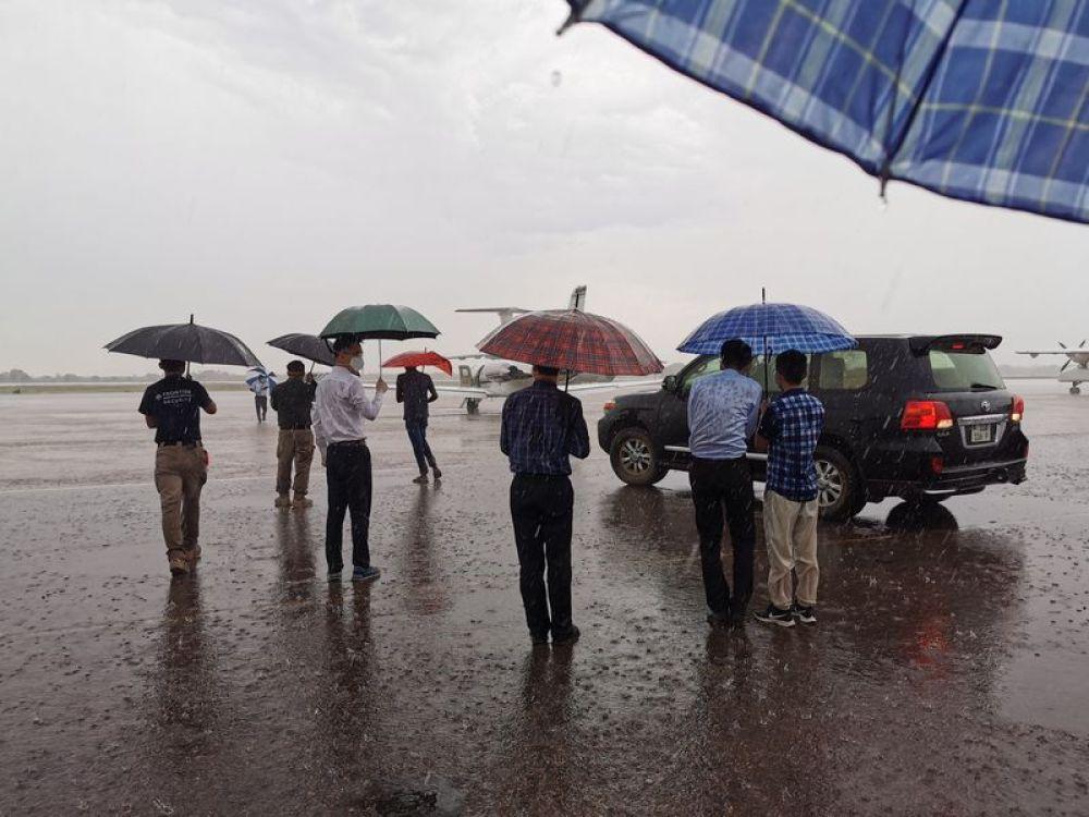 4月27日,救援组在朱巴机场雨中等待救援飞机到来。刘新凯摄