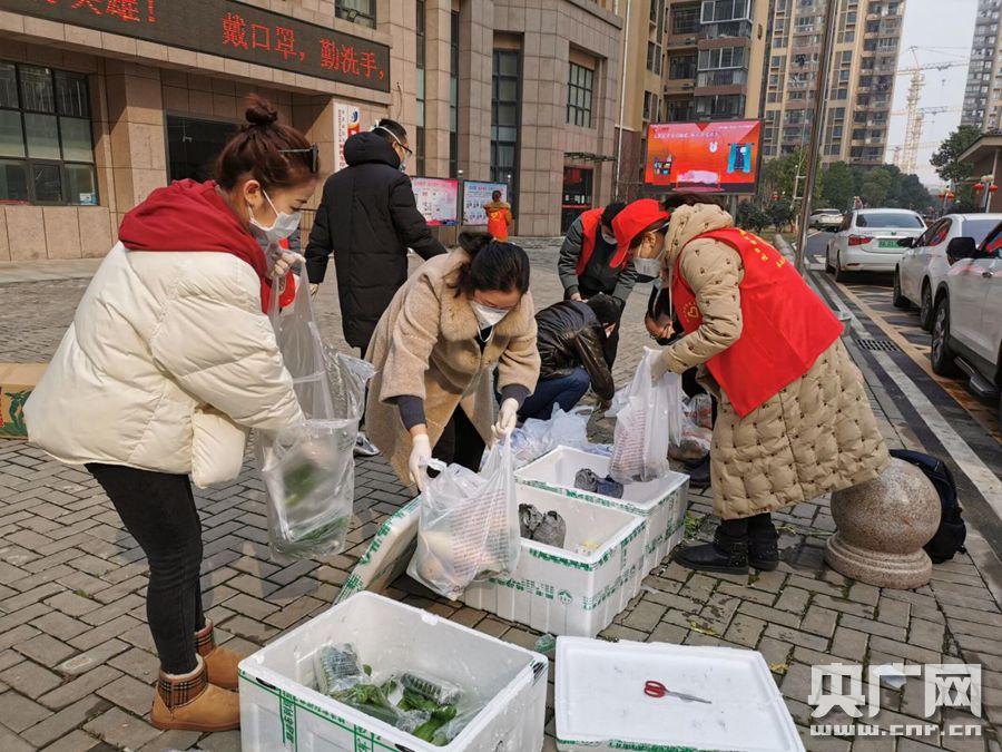 枫桦苇岸社区第一次开展保供联盟,刘宜和志愿者一起分装蔬菜。(央广网发通讯员供图)