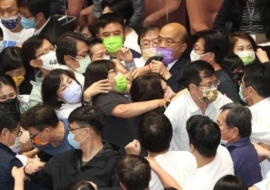 """又打起来了!台湾省""""立法院长""""苏贞昌被泼水 22秒完成""""施政报告"""""""