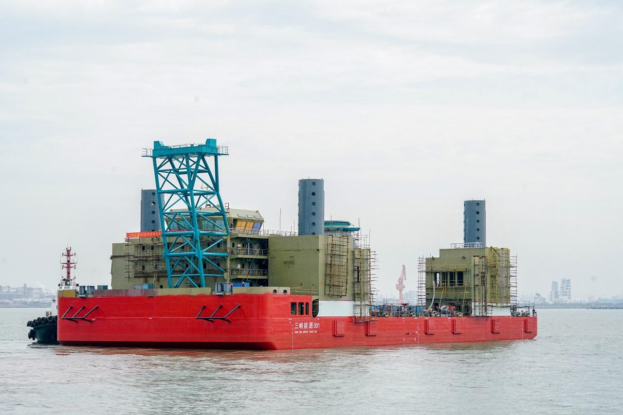 """三峡集团首艘海上风电安装平台""""三峡能源001号""""成功下水"""