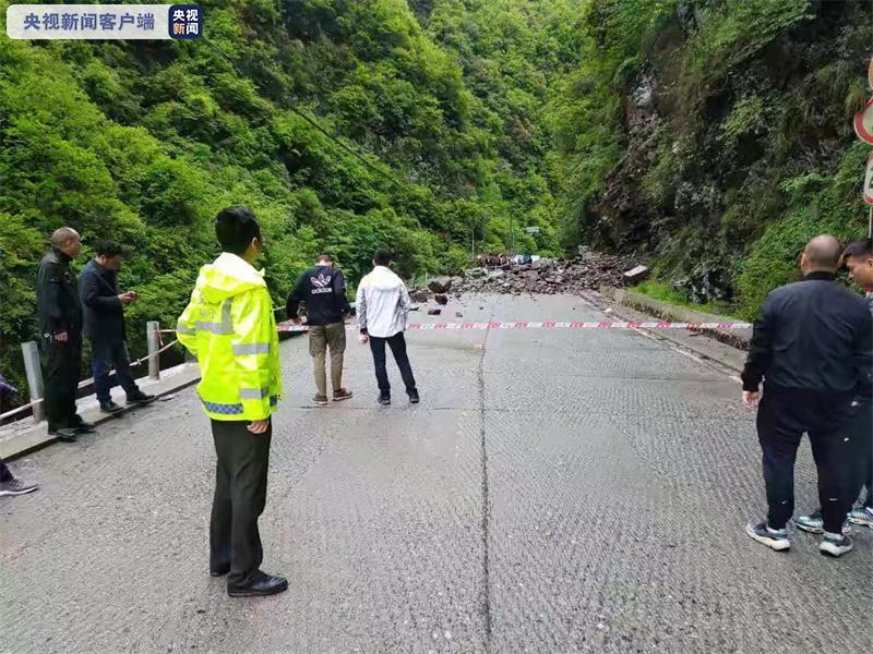 惊险!重庆城口危岩垮塌 车内二人死里逃生