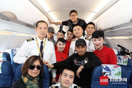 《中国机长》主演与川航机组合影