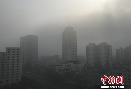 图为11月25日,江苏扬州空气质量重度污染,呈现灰蒙蒙一片。 崔佳明 摄