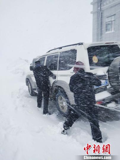 聂拉木县公安民警协助滞留车辆通行。