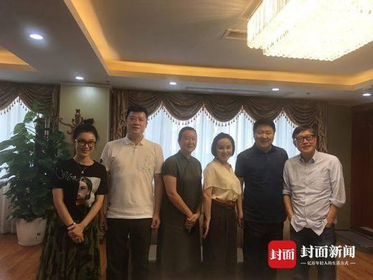 出品人兼制片人刘力鸣、韩梅和主创团队亲切合影