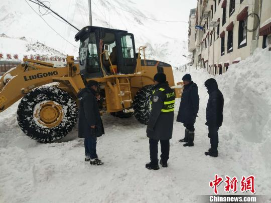 聂拉木县公安民警清理县城道路积雪。