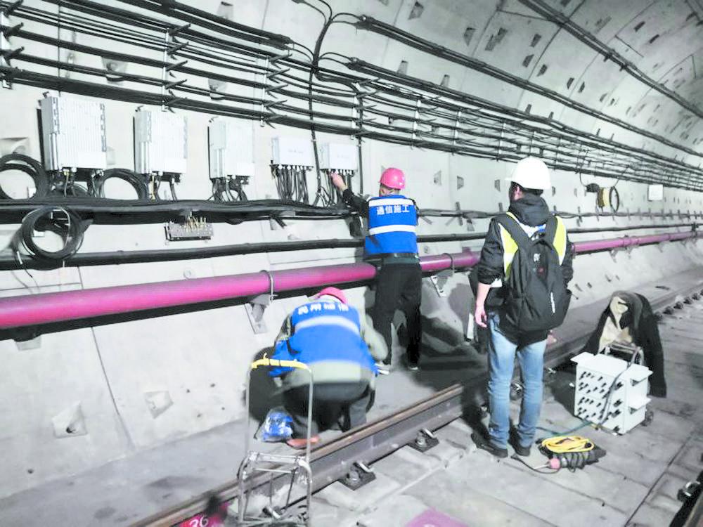 工作人员在地铁轨行区进行5G测试验证