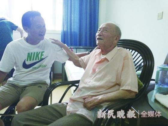 新民晚报记者此前探访方纫秋(右),聊聊足球缘。 本文图片均来自 新民晚报