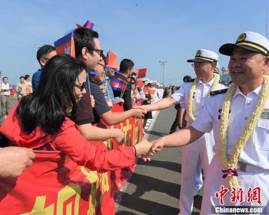 中国海军第三十批护航编队指挥员许海华少将与欢迎人群握手。