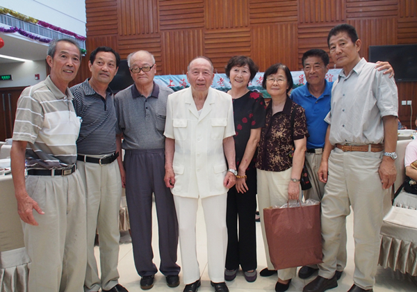 方纫秋(中)出席上海足球老教练员运动员联谊会