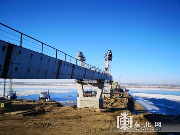 黑龙江大桥俄方工程已完成的第一阶段顶推施工的钢梁。