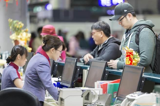 """图为台湾华航地勤人员为旅客办理登机手续。(图片来源:台湾""""中时电子报"""")"""