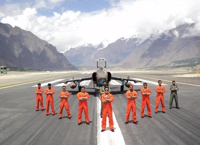 斯卡杜空軍基地的強5戰機和F-16戰機,作為一個前線機場,巴基斯坦空軍在此地部署戰機證明其的進攻態度 圖源;巴基斯坦空軍