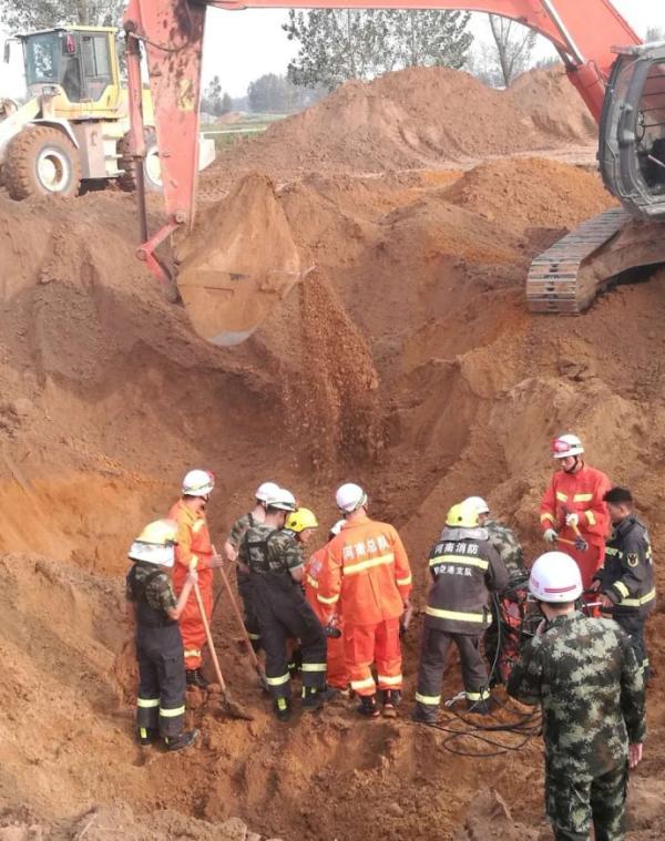 3岁男孩掉进20多米深弃井 被救出