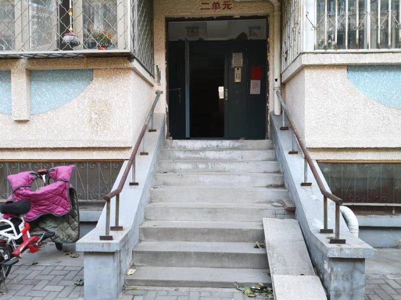 药家鑫唱歌 老旧小区缺少无障碍坡道和电梯 有居民送老人上楼跑三趟