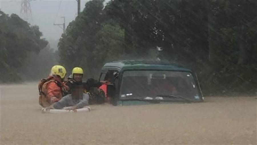 """流火的蔷薇情事 台风""""白鹿""""致台湾2.7万户停电 积水及胸4人被困"""