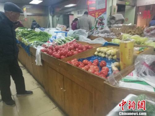 图为北京一家社区超市里的菜摊。 谢艺观 摄